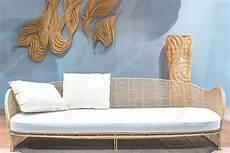 rattan sofa entspannen im wohnzimmer stockfoto