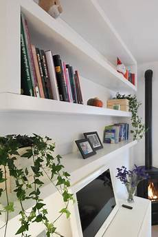 arredare con le mensole libreria in soggiorno con le mensole lack di ikea