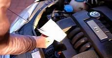 Auto ölstand Prüfen - checkliste was vor dem urlaub beim auto pr 252 fen sollte