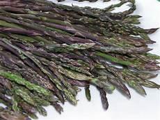 come pulire e cucinare gli asparagi selvatici taglierini con asparagi selvatici in cucina con zia lora