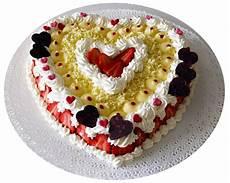 torta con crema pasticcera e panna montata torta di soffice pan di spagna con panna montata crema pasticcera e fragole pannamontata