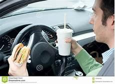 Mann Isst Einen Hamburger Und Trinkt Eine Limonade Beim
