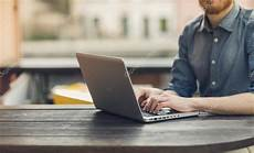 pc gehäuse mit lüfter mann mit einem laptop auf gartentisch stockfoto