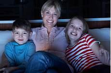 Antennenkabel Durch Funk Ersetzen - familia que mira programa asustadizo sobre la tv imagen de