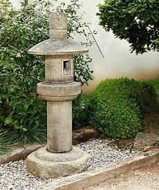 Une Lanterne Japonaise Dans Le Jardin Le Charme De L