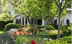 how to take a tour of the white house gardens this fall