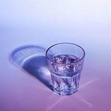 bicchieri d acqua bicchiere d acqua con ombra scura su sfondo e rosa