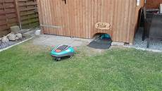 m 228 hroboter gardena r70li felix parkt in seine garage ein