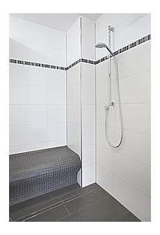 dusche mit sitzbank bodengleiche dusche mit rinnenablauf mit sitzbank neues badezimmer badezimmer und gemauerte