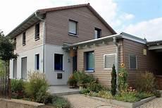 modernes holzhaus satteldach einfamilienhaus holzhaus satteldach holzfassade