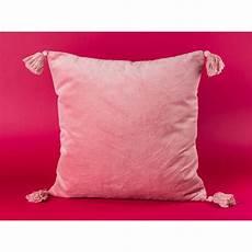 kissen rosa samtweiches kissen in rosa mit bommeln bloomingville