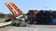 Unfall A9 Heute Aktuell - lkw reifen geplatzt vier menschen sterben bei unfall auf