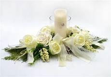 composizioni candele e fiori centro tavola con porta candele in vetro e candela a led