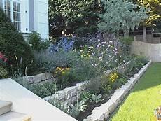 beet mit steinen anlegen kleiner hang terrassenf 246 rmig angelegt outdoor garden