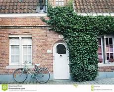 bicyclette 224 l ancienne devant le mur de briques