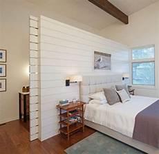 Schlafzimmergestaltung Idee Holzwand Raumteiler Schiebet 252 R