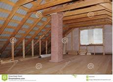 Dachboden Mit Kamin Im Holzhaus Im Bau Stockbild Bild