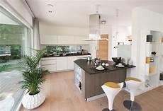 offene küche mit wohnzimmer offene k 252 che mit kochinsel und tresen ideen einrichtung