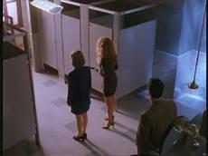 scopare nel bagno davanti allo specchio della toilette ucron 236 a it