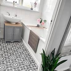 s diy vinyl bathroom flooring transforms this lacklustre bathroom