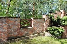 mauern mit alten backsteinen gartenmauer und pfosten b a c k s t e i n b a u