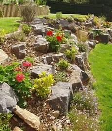 amenagement de jardin avec des pierres jardin rocaille jardin en pente grosses pierres petits