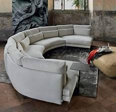 runde couch runde sofas modern hellgrau grauer teppich schwarzer