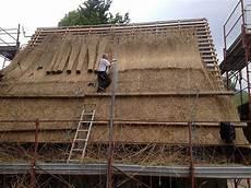 fienili di magasa l arte di rifare i tetti in paglia dei fienili di rest