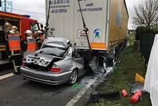 mort de voiture carquefou la voiture s encastre sous un camion le