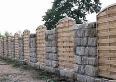 Sichtschutz Holzelemente Und Steinmauer Als