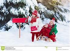 Kinder Malvorlagen Buchstaben Xl Kinder Mit Buchstaben Zu Sankt Am Weihnachtsbriefkasten Im