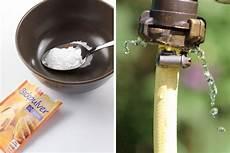 10 Hausmittel Gegen Unkraut Mit Essig Salz Co Vernichten