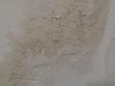 Farbe Blättert Ab Feuchtigkeit - grundierung bl 228 ttert ab braune flecken wer hat eine idee