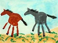 handabdruck bilder tiere handabdruck pferde basteln gestalten