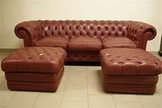 asta mobili divani divano tipo chester rivestito in pelle rossa e due puff