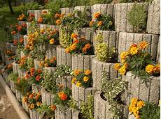 Pflanzen Günstig - retaining wall ideas concrete planters as a supporting
