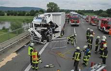 A2 Zwei Verletzte Bei Lkw Unfall An Stau Ende