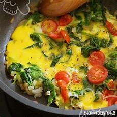 essen ohne kochen rezepte leckeres spinat omelette mit tomaten essen ohne