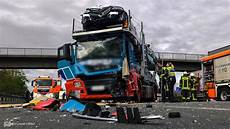 Schwerer Lkw Unfall An Stauende Mit Luxus Autozug