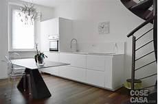 piastrelle cucina effetto legno una mansarda con scala elicoidale e pavimento in