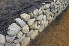 feldsteinmauer selber bauen trockenmauer bauen artenvielfalt im garten
