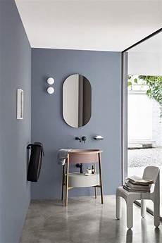 salle de bains moderne bleu gris au mur et lavabo vieux