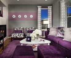 wohnzimmer grau lila streichen