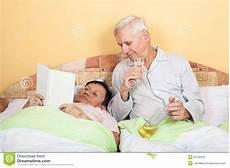 anziani a letto de grappige oudsten ontspannen met in bed stock