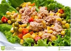 Thunfischsalat Mit Mais - thunfischsalat mit mais stockfoto bild abendessen