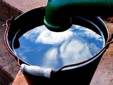 zisterne und brunnen im wasser aus der zisterne oder dem eigenen brunnen im garten