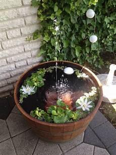 miniteich mit wasserspiel miniteich mit springbrunnen fass schmiede garden