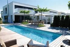 haus mit schwimmbad im pool abtauchen