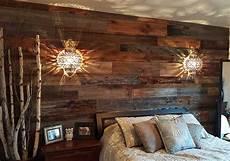 deco mur en bois planche mur en bois de grange dans une chambre deco chbre en