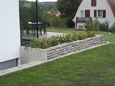kleines pflanzbeet an der terrasse an der schmalseite l